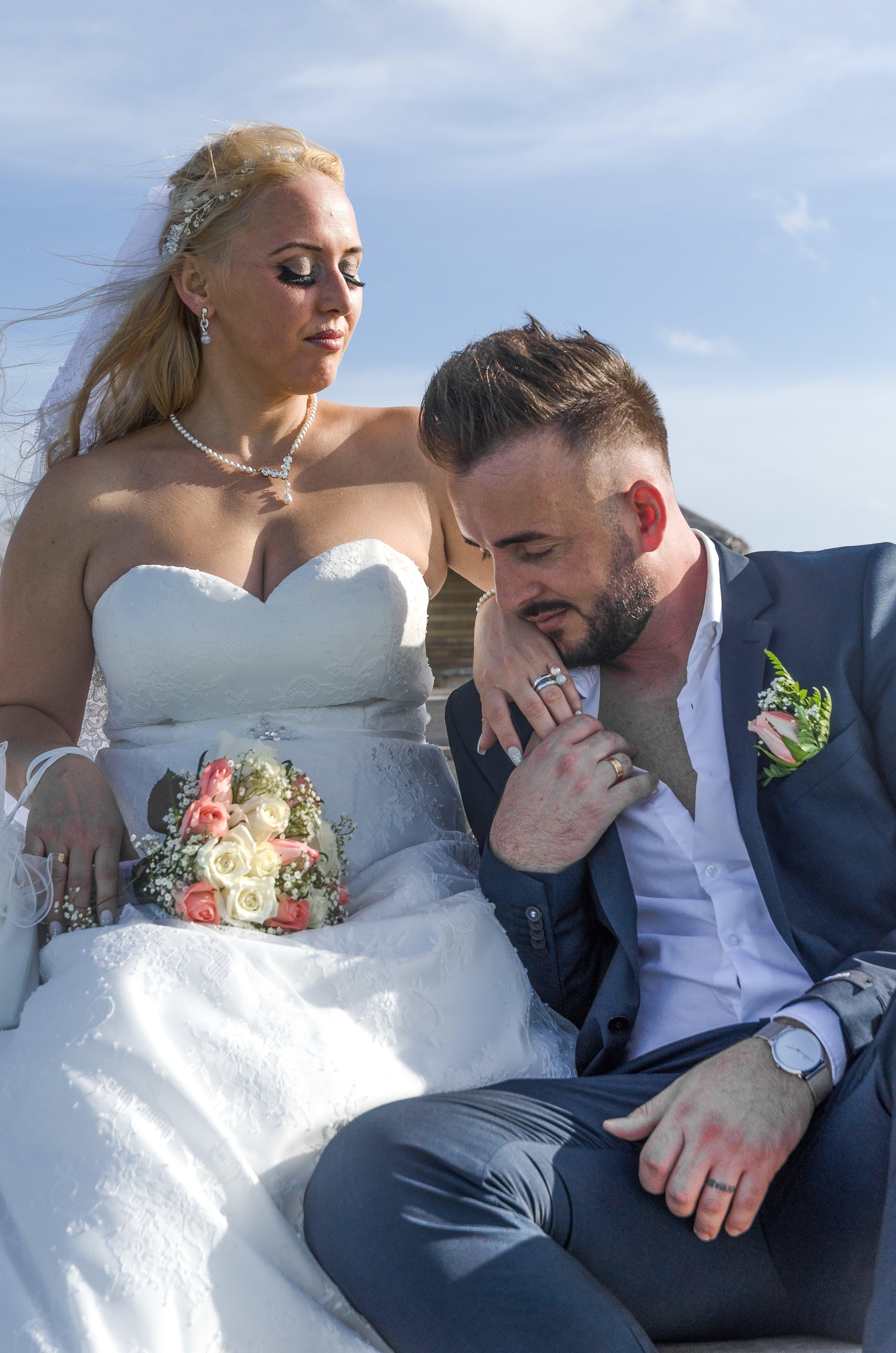 Kostenloses Stock Foto zu braut, braut und bräutigam, bräutigam, designeranzug