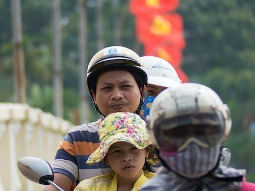 Základová fotografie zdarma na téma asiaté, skútr, vietnamský, vlajky