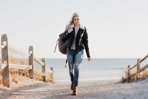 Foto profissional grátis de adulto, água, andando, areia