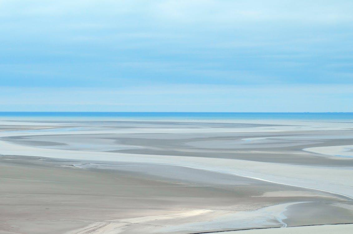 água, areia, céu
