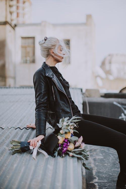 검은색 가죽 자켓, 꽃, 성인, 아름다운의 무료 스톡 사진