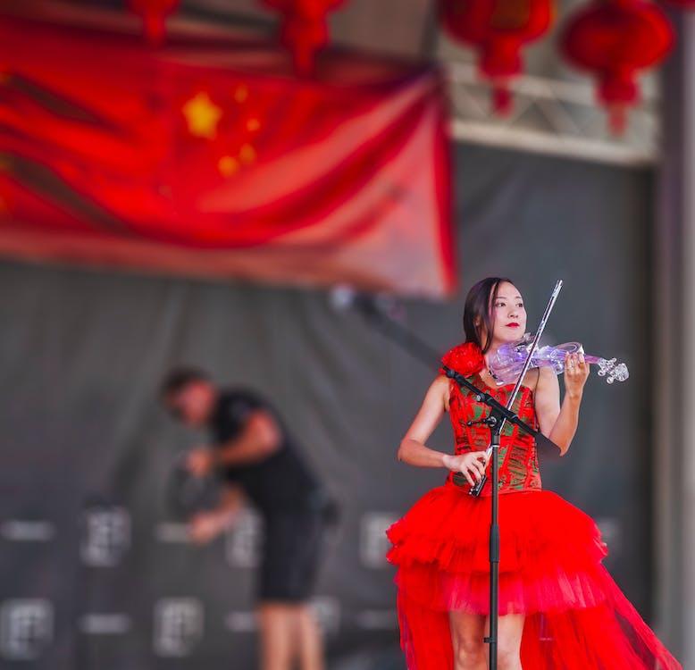 中國女孩, 儀式, 公開表演