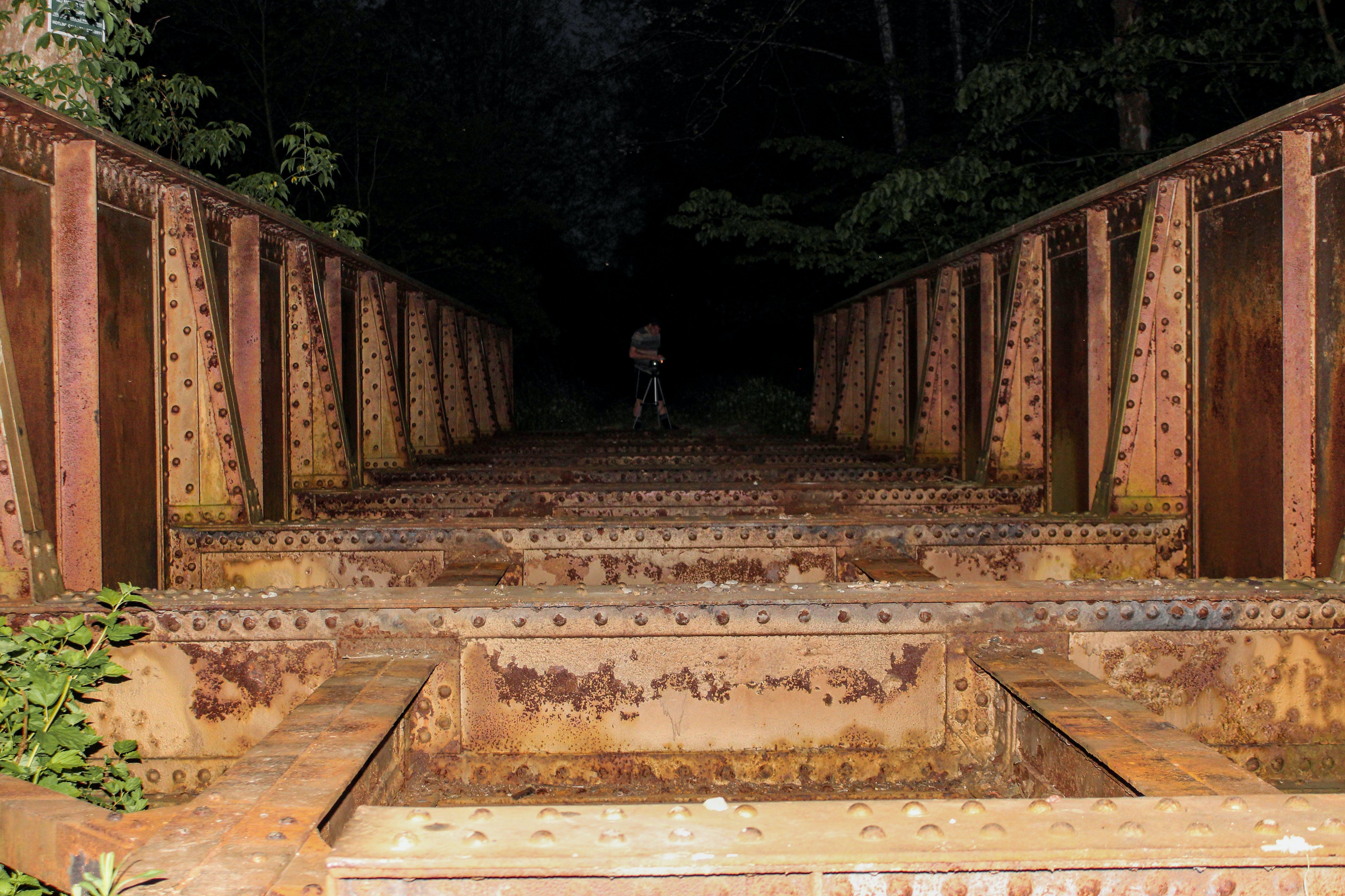 Foto d'estoc gratuïta de abandonat, Estructura d'acer, fosc, home