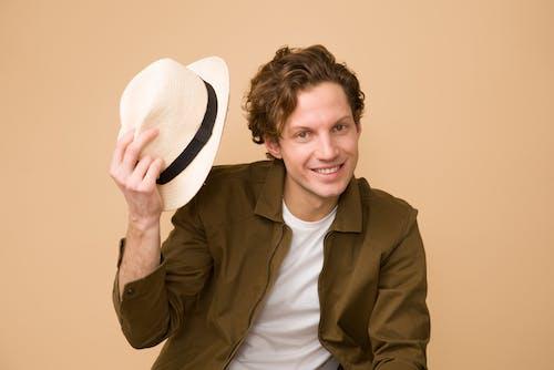 Foto profissional grátis de adulto, amor, bonito, chapéu