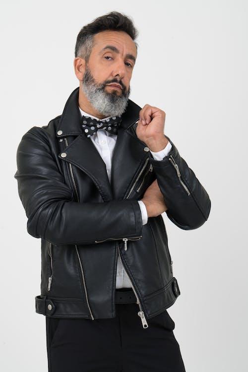 Základová fotografie zdarma na téma bílé pozadí, černá kožená bunda, chloupky na obličeji, dívání