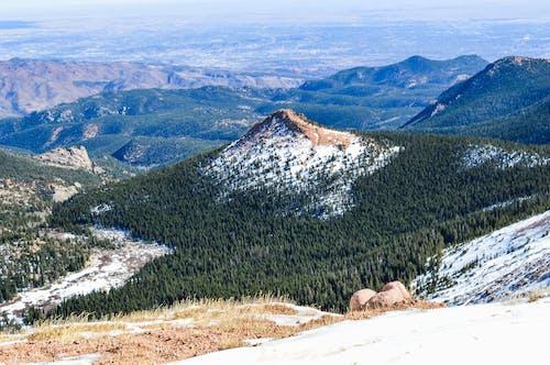 Gratis arkivbilde med dal, fjell, geologisk formasjon, grønn