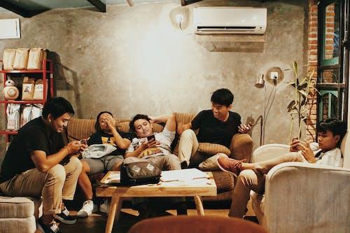 Gratis stockfoto met Aziatische mensen, bank, binnenshuis, gezichtsuitdrukking