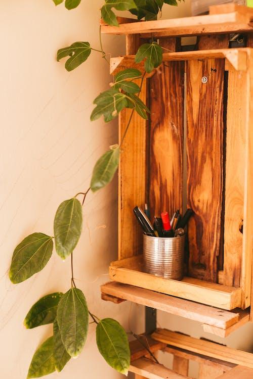 Você pode usar caixotes de madeiras para fazer nichos e deixar seu home office bonito e decorado.