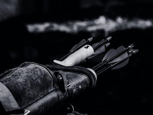 Gratis arkivbilde med HD-bakgrunnsbilde, kogger, svart-hvitt, våpen