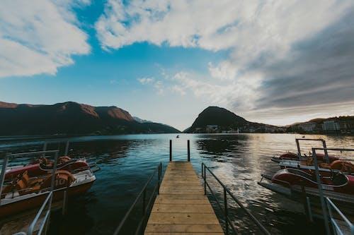 Immagine gratuita di acqua, alba, baia, barca
