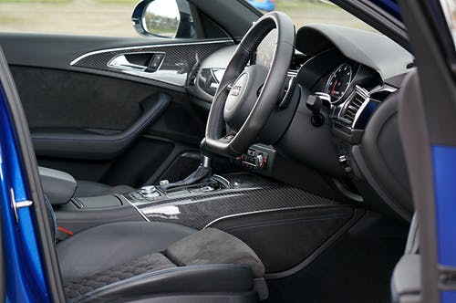 Коричневый интерьер автомобиля