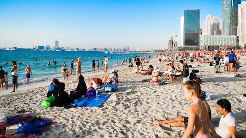 Foto profissional grátis de água, areia, beira-mar, céu azul