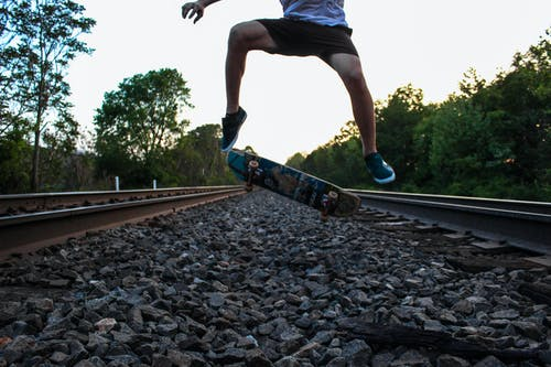 คลังภาพถ่ายฟรี ของ kickflip, ตอนเย็น, ท้องฟ้า, รางรถไฟ