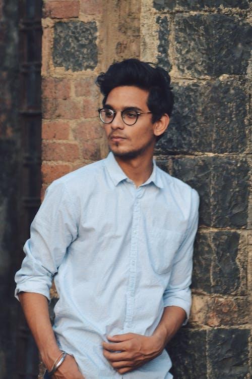 Základová fotografie zdarma na téma brýle, chlápek, cihlové zdi, denní světlo