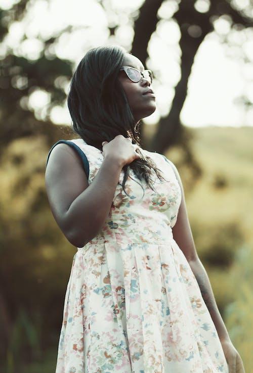 Gratis arkivbilde med afrikansk-amerikansk kvinne, blomstret, briller, bruke