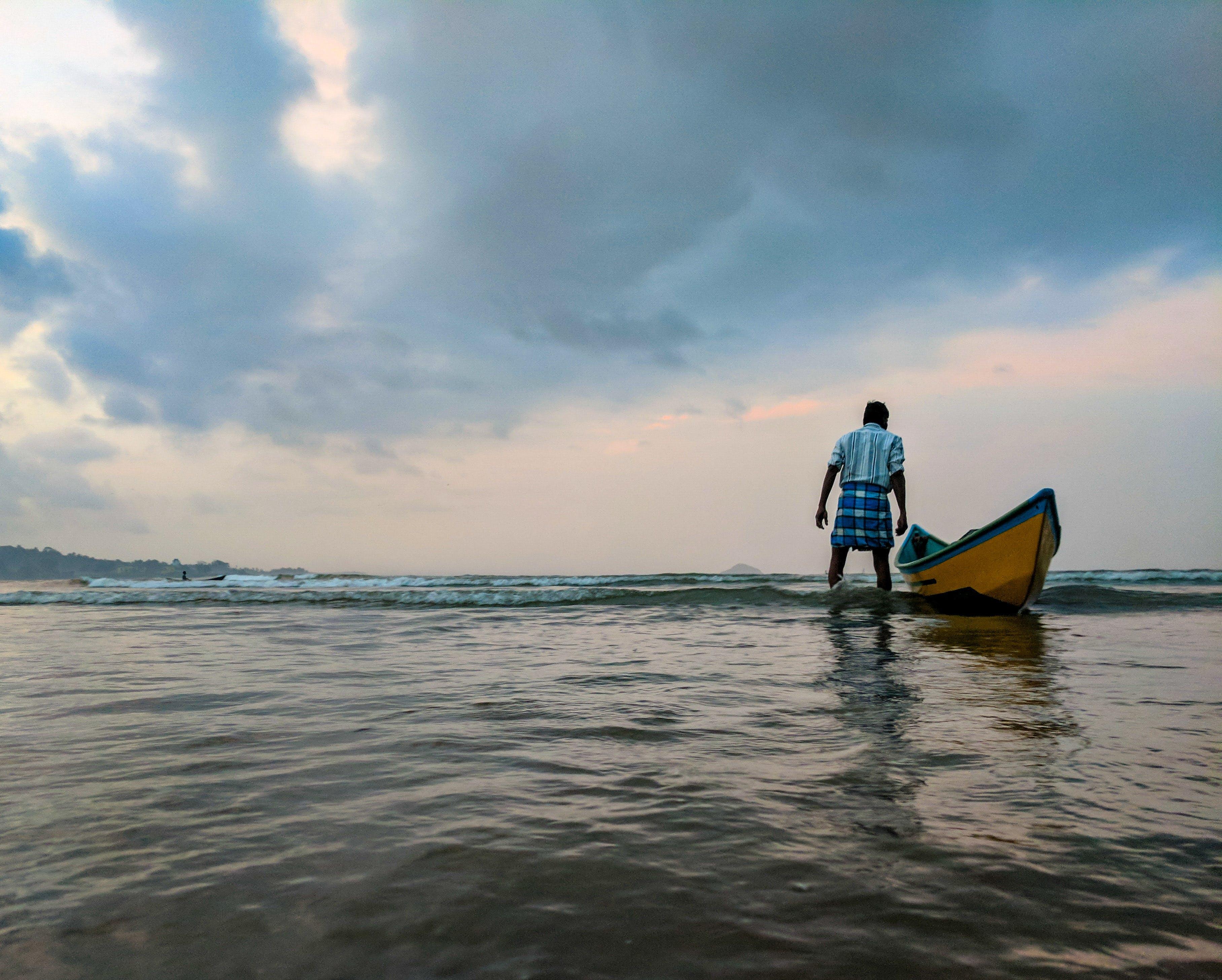 Gratis lagerfoto af båd, bølger, fisker, fritid