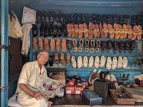 Безкоштовне стокове фото на тему «акції, бізнес, взуття, газета»