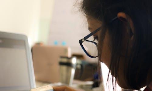 Fotobanka sbezplatnými fotkami na tému dievča, kancelária, kancelárskych ľudí, ľudia