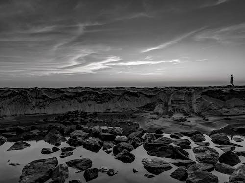 Darmowe zdjęcie z galerii z burza, czarno-biały, krajobraz, morze