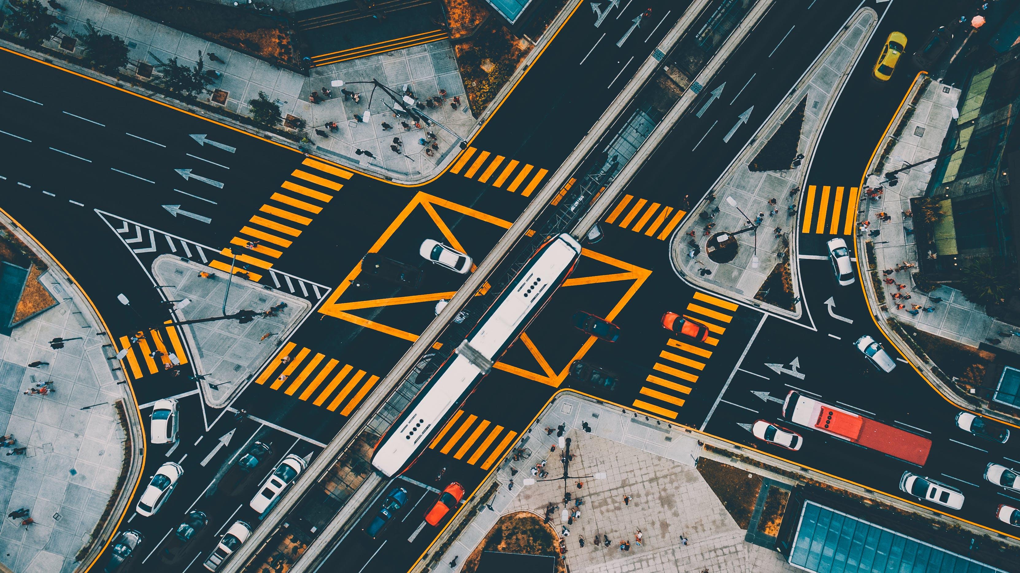 Foto stok gratis jalanan, jalur penyeberangan pejalan kaki, kehidupan kota, kendaraan