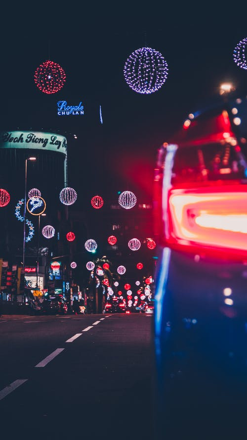 akşam, araba, araba farları, arabalar içeren Ücretsiz stok fotoğraf