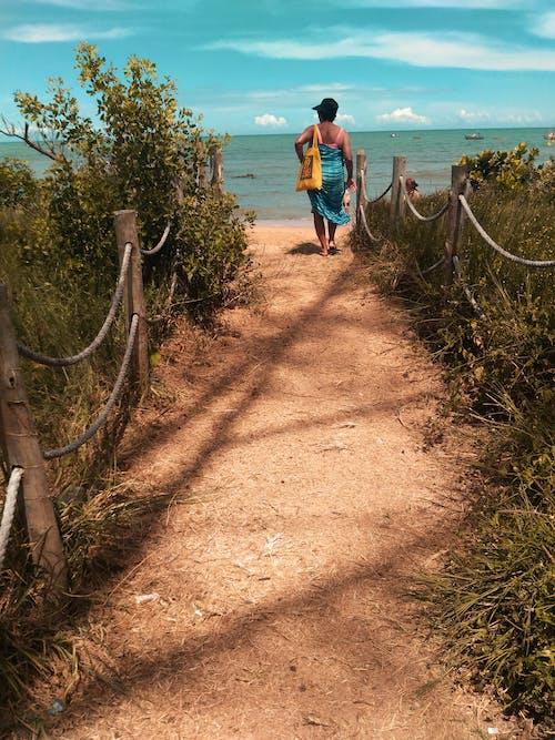 Kobieta Ubrana W Niebieski Szalik Spacerujący Po ścieżce