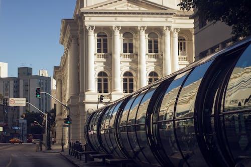 Gratis arkivbilde med arkitektur, biler, brasil, bussholdeplass