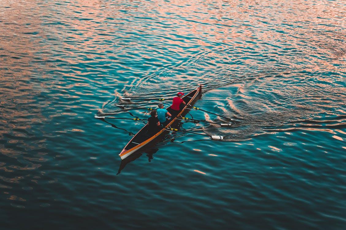 Drei Personen Auf Braunem Kanu Segeln Auf Ruhigem Wasser