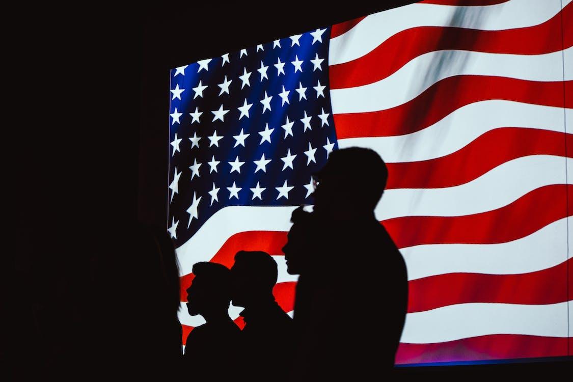 Silhouette De Quatre Personnes Avec Le Drapeau Des états Unis Fond