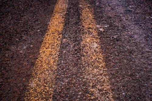 Безкоштовне стокове фото на тему «асфальт, дорога, жовтий, зношені»