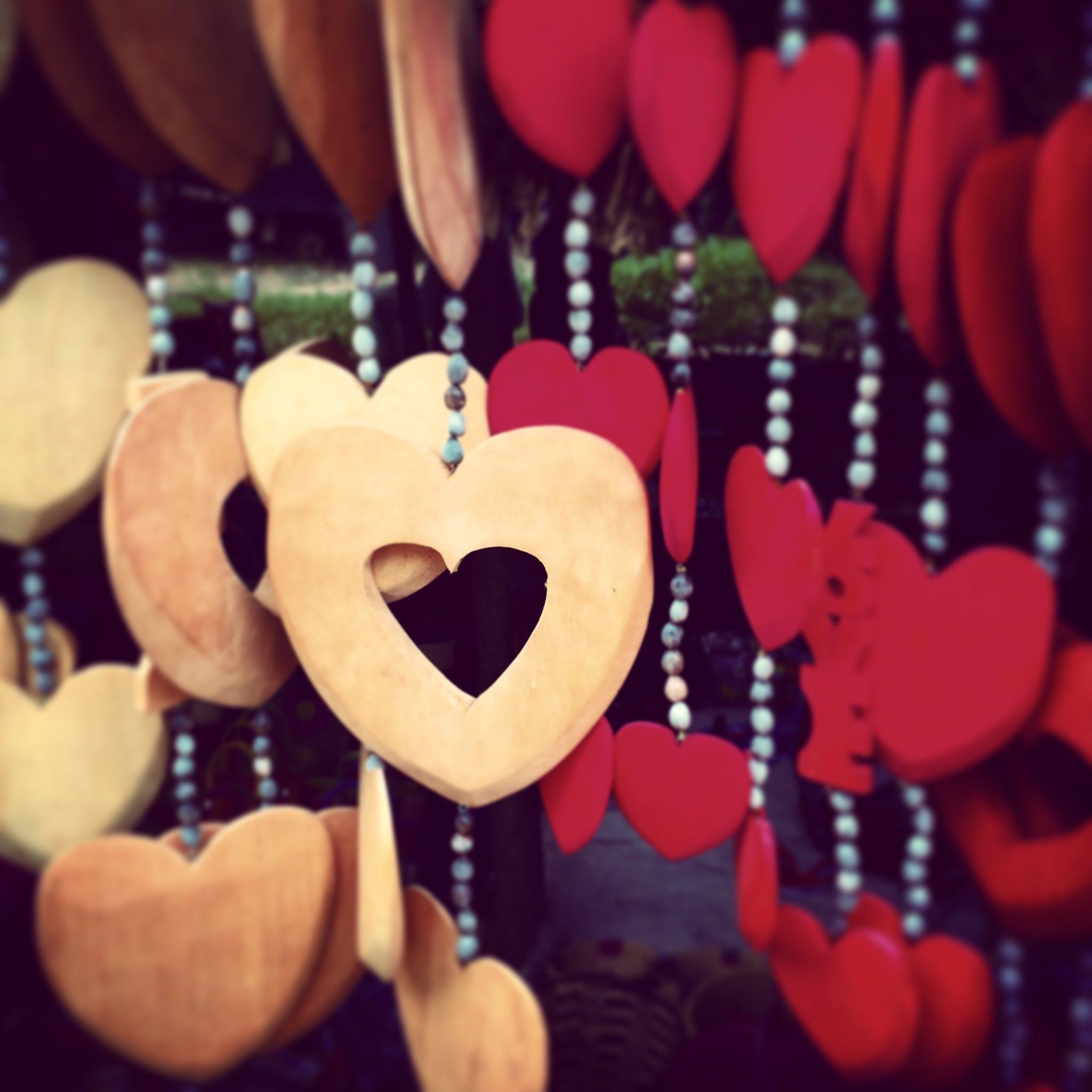 Kostenloses Stock Foto zu dekoration, hängen, herzen, hölzern