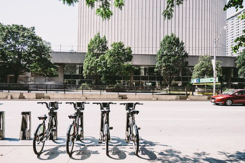 Foto d'estoc gratuïta de aparcament per a bicicletes, arbres, arquitectura, bicicletes
