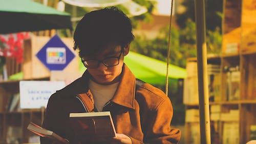 Kostenloses Stock Foto zu ausbildung, bücher lesen, bücher und jungen, bibliothek
