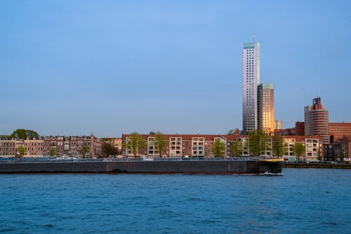 Immagine gratuita di acqua, architettura, banchina, centro città