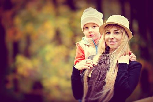 Безкоштовне стокове фото на тему «день матері, дитина, жінка, капелюх»