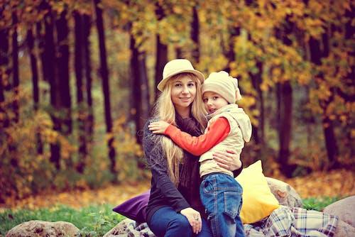 兒童, 公園, 坐, 女人 的 免费素材照片