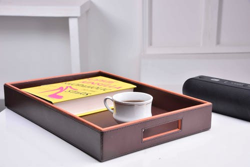 Fotobanka sbezplatnými fotkami na tému dekoratívny zásobník, kožený tanier, moderné domáce dekorácie, notebook