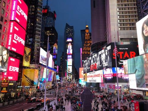 Бесплатное стоковое фото с билборд, Бродвей, дорога, коммерция