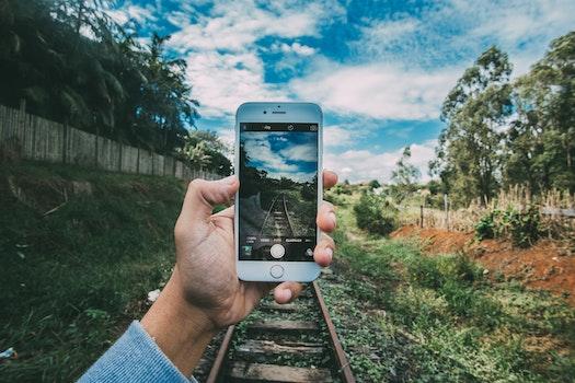 Kostenloses Stock Foto zu himmel, hand, kamera, iphone