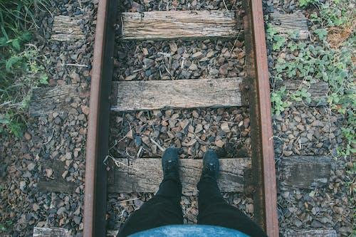 Foto stok gratis batu, jalan kereta api, kaki, kedudukan
