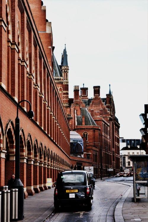 Foto d'estoc gratuïta de arquitectura, capvespre, carrer, carretera