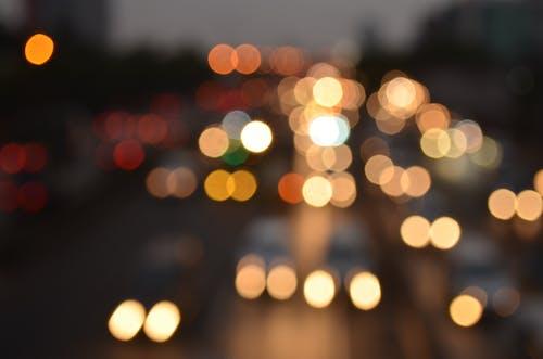 Ilmainen kuvapankkikuva tunnisteilla auto, auton valot, katu, katuvalot