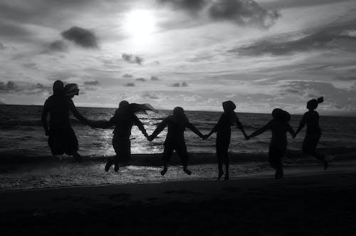 Foto profissional grátis de litoral, mar, nuvens, pessoas