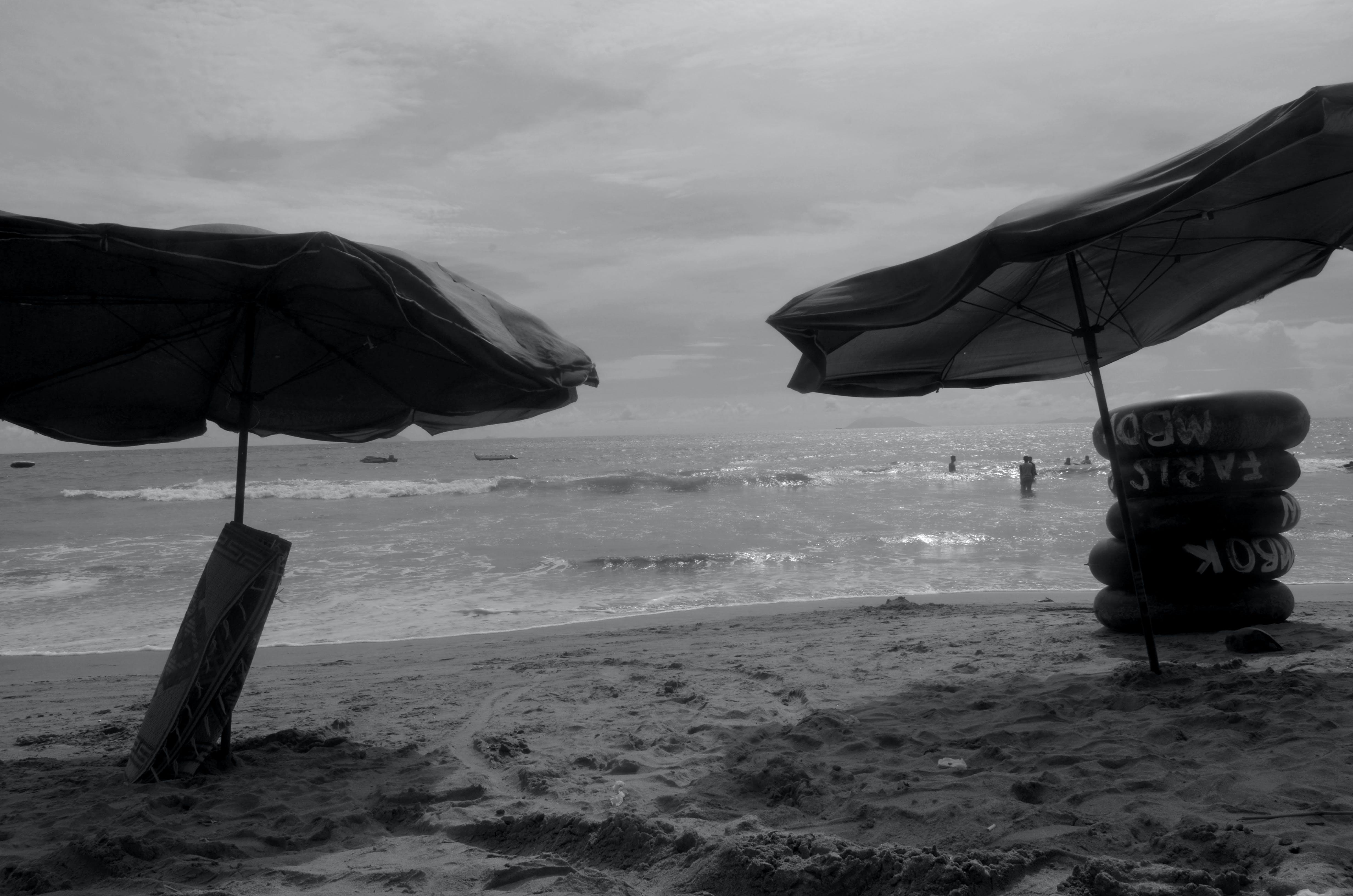Gratis lagerfoto af hav, lanscape, paraply, sort og hvid