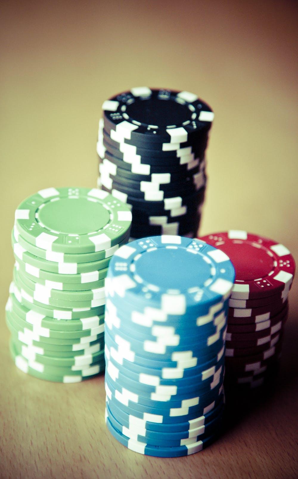 """Inzetten plaatsen bij roulette doe je met kleurige """"chips"""" of fiches, die per kleur een verschillende waarde hebben"""