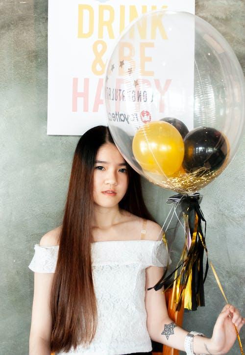 Základová fotografie zdarma na téma asijská holka, balón, dlouhé vlasy