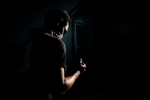 Gratis arkivbilde med mann, minimalistisk, modell, mørk