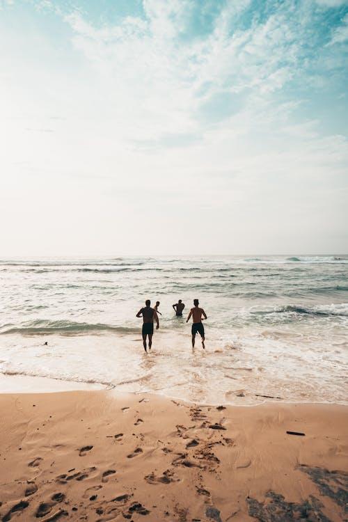 Foto profissional grátis de à beira-mar, água, amigos, amizade