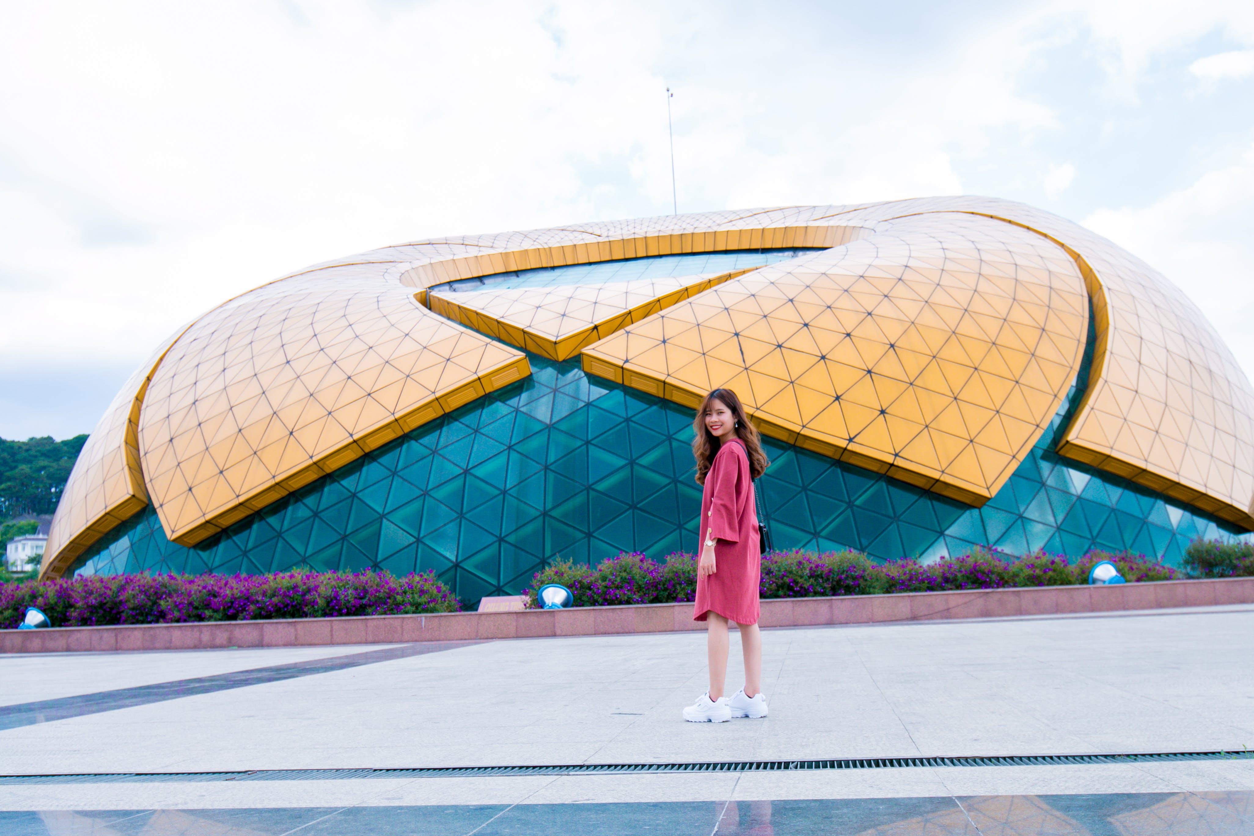 Kostenloses Stock Foto zu architektur, asiatin, asiatische frau, draußen