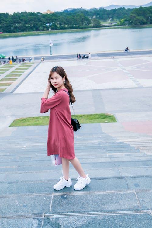 Бесплатное стоковое фото с азиатка, Азиатская девушка, вода, выражение лица